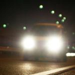 交通事故を防ぐために、夜間はヘッドライトをハイビームにすべき?